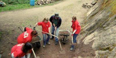5 bénévoles qui creusent