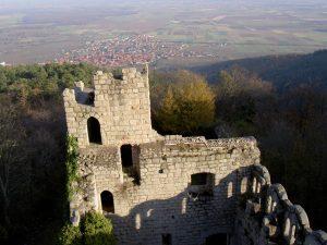 Vue aérienne de la tour des gardes du château du Bernstein